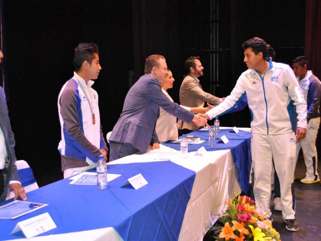 A San miguelense student is receiving a scholarship award (photo: periodicocorreo.com.mx)