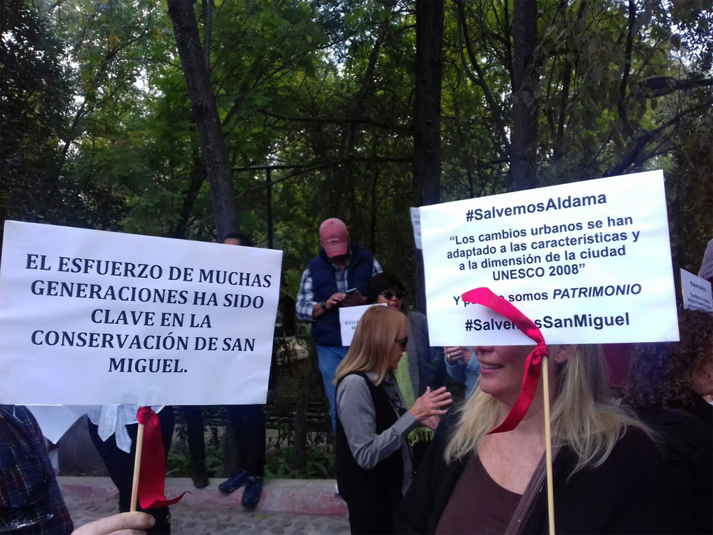 """People demonstrate against modifications in streets of """"centro"""" in San Miguel de Allende (Photo: Periodico Correo)"""