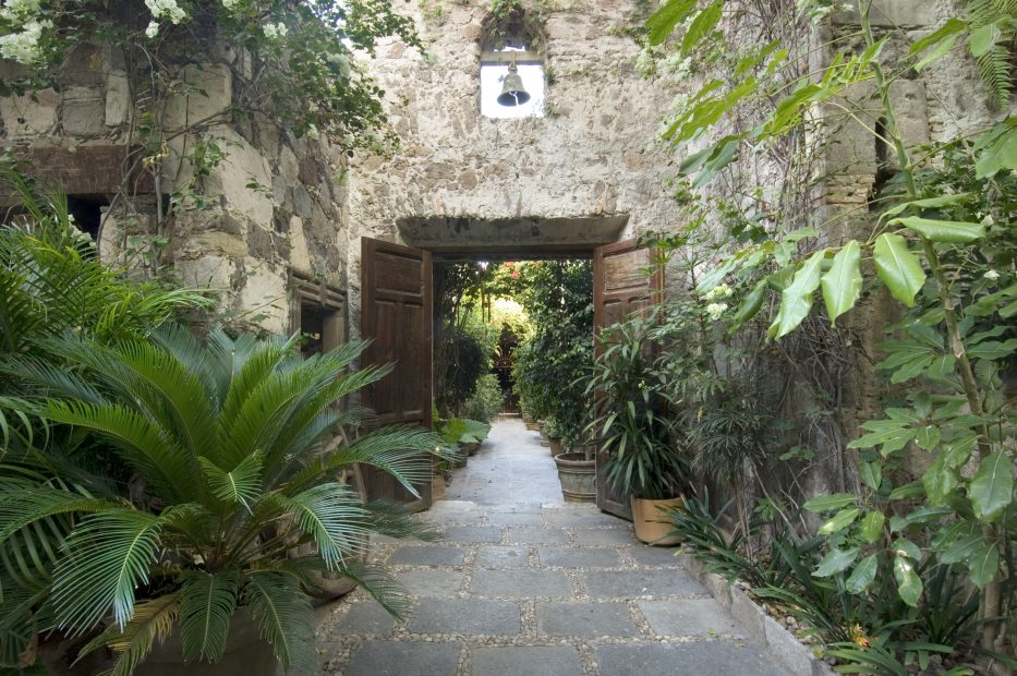 47-4x6-Inside-La-Casa-entrance-to-the-courtyard-933x620