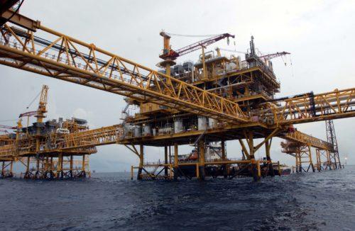 CIUDAD DEL CARMEN, CAMPECHE. 16 de Febrero de 2007.- El activo Ku-Maloob-Zaap est‡ a aproximadamente a 105 kil—metros al noroeste de esta ciudad, frente a los estados de Tabasco y Campeche, y para su desarrollo la Regi—n Marina Noroeste de PEMEX Exploraci—n y Producci—n contempla perforaci—n 82 pozos, instalar 17 plataformas y construir 32 ductos. FOTO: PEMEX/CUARTOSCURO.COM