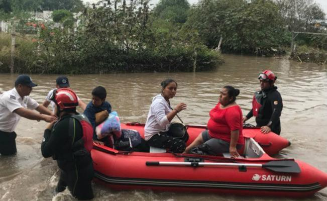 Rescuers helping people (Photo: El Universal)
