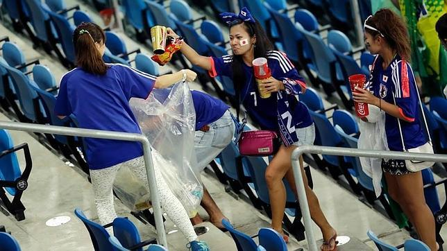 Japanese Soccer Fans Clean Up Stadium Stands In Le 243 N San