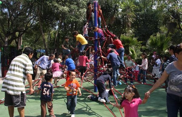 Children enjoying the new play scape at Parque Juarez.(Photo: Robin Loving)
