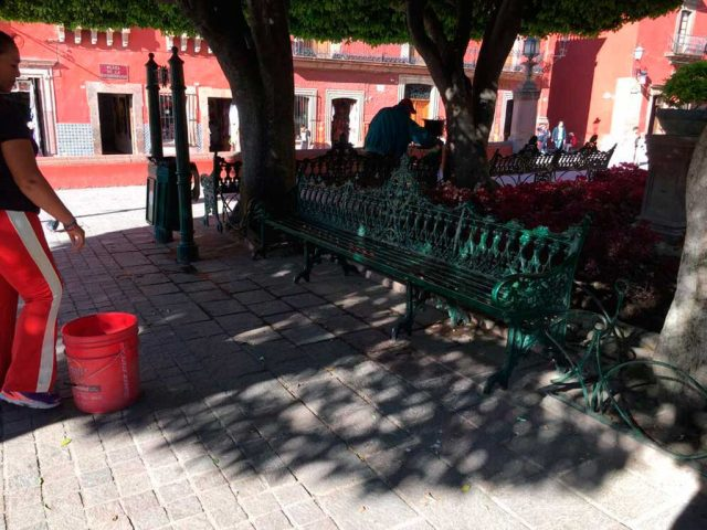 """Woman hit by a """"tray bullet"""" in SMA main square (Photo: Periodico Correo)"""