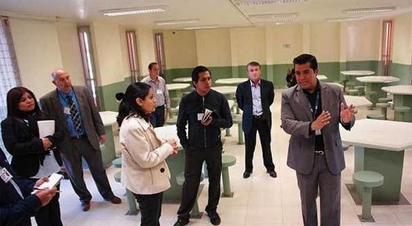 Arturo Castañeda, Guanajuato's Director of Coordination and Control of State Penitentiaries leading a tour (Photo: SIPSE)