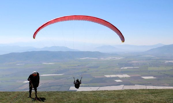 More than 100 competitors from at least 13 nations will participate in the December 2-9 Paragliding Pre-World Cup Tour event that will lift off on the Cerro del Calaque in the municipality of Zapotiltic, Jalisco.