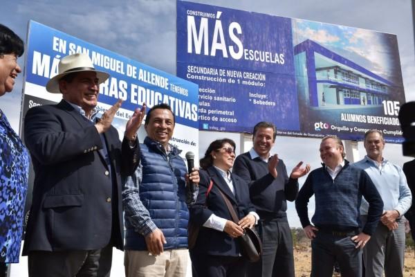 The Governor placed the first stone of the future secondary in the Calle Ecologistas of the colony Palmita de Landeta. (Photo: noticias.guanajuato.gob.mx)