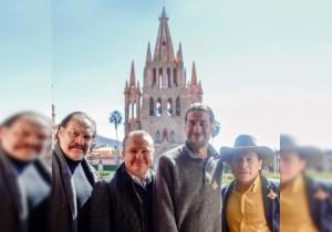 Mexican actors Joaquín Cosío, Gerardo Taracena and Erik Zavala with SMA mayor Ricardo Villarreal (Photo: Periodico Correo)
