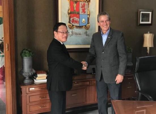 The mayor of León, Héctor López Santillana welcomed the new Japanese consul, Osamu Houkida (Photo: AM)