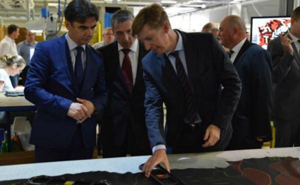 Andreas Kindermann, CEO de la compañía, en un recorrido de inauguración en una planta de Austria. (Foto Especial).