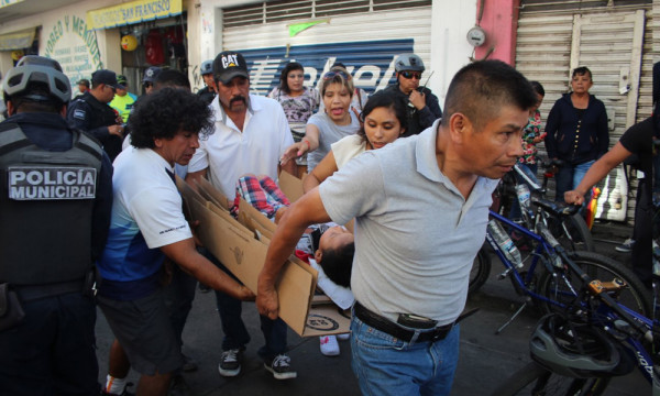 A three-year-old child had to wait more than 30 minutes to receive medical attention from paramedics of the Cruz Roja after bein hit by a van in the downtown area of the city. (Photo: am.com.mx)