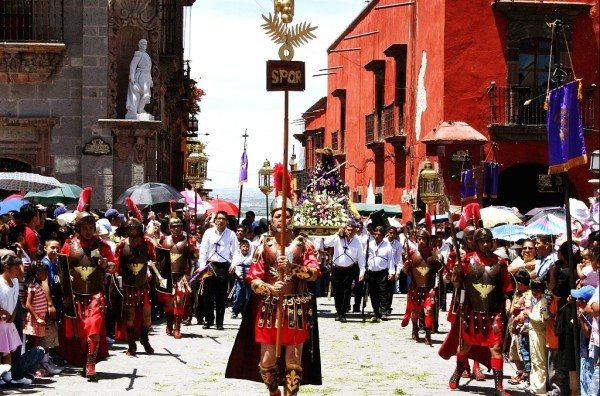 Devotees carry the image of Christ while the Romans head the procession. (Photo: mexicodesconocido.com)